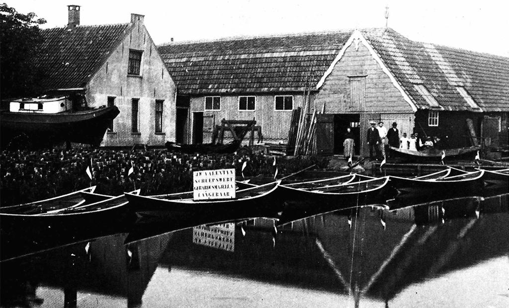 De werf rond 1916, drie jaar voordat vader J. W. Valentijn hem overnam. Veel boten werden toen voor de verhuur gebouwd.